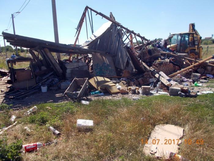 Au băgat buldozerul! Primăria a demolat o casă construită ilegal în cartierul Tineretului (FOTO)