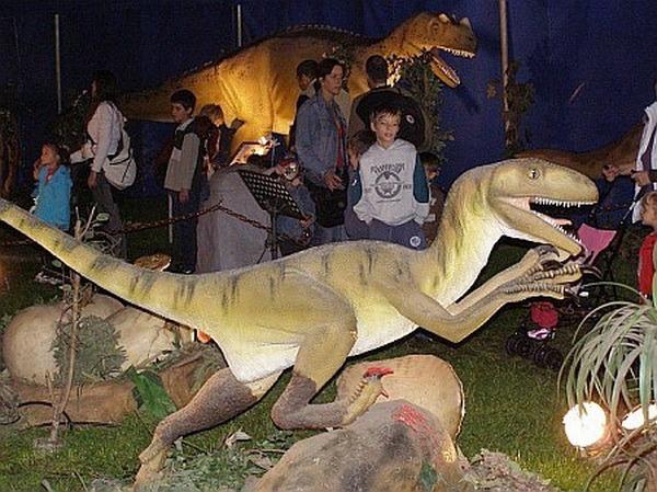 Expoziţie cu dinozauri robotizaţi, în mărime reală, în parcarea Lotus Center