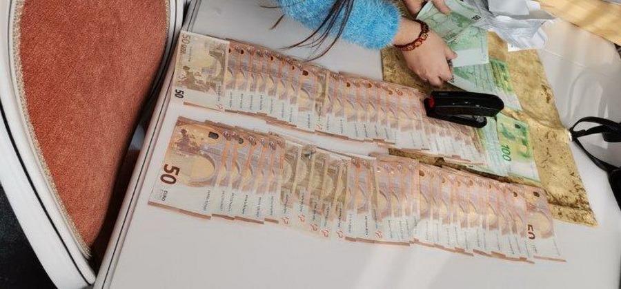 Mită la... lighean: Polițiști și funcționari, bănuiți de șpăgi pentru permise şi înmatriculări. Sume uriaşe şi maşini de lux confiscate (FOTO)