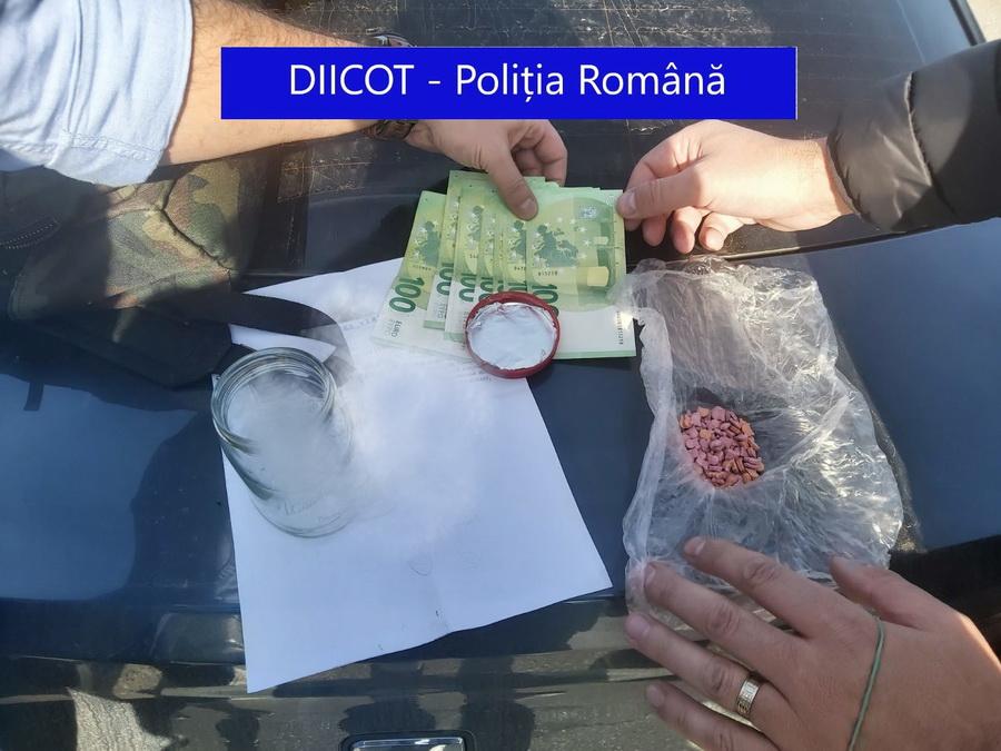 Doi tineri din Oradea, între care un fiu de poliţist, arestaţi pentru trafic de droguri după flagrantul de lângă Lotus Center (FOTO)