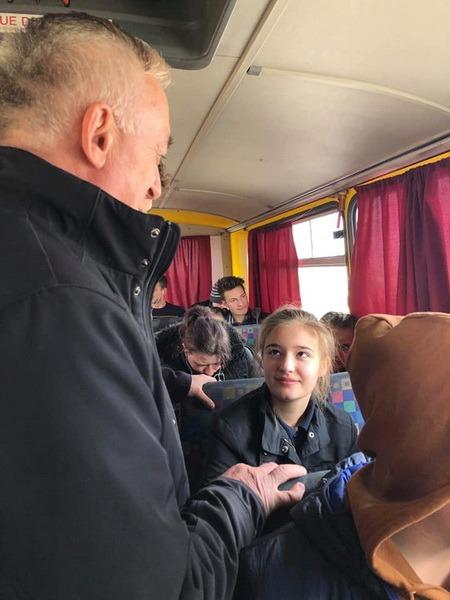 Cu rata: Elevii bihoreni i-au provocat pe parlamentari la o călătorie până în Gepiu, ca să vadă condițiile navetiștilor (FOTO)