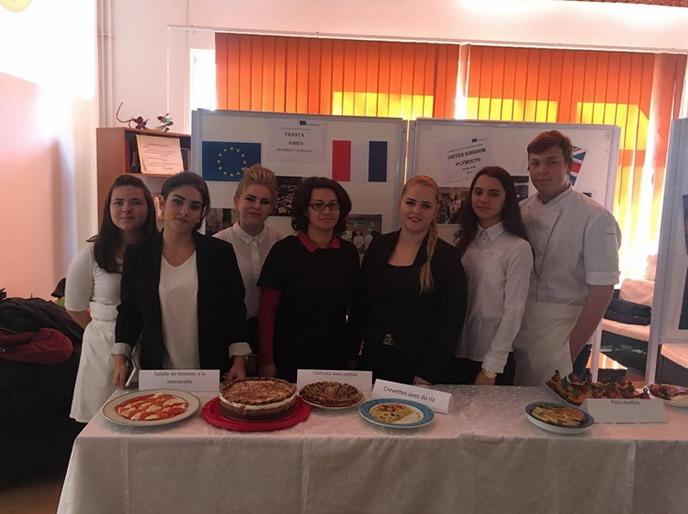 După ce au făcut practică în vestul Europei, liceenii de la Colegiul Economic au gătit pentru colegii lor (FOTO)