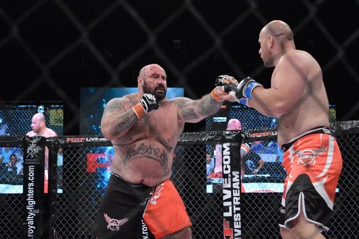 Acoperit de sânge, Sandu Lungu l-a bătut pe Animalul Cehiei în cuşca MMA (FOTO/VIDEO)
