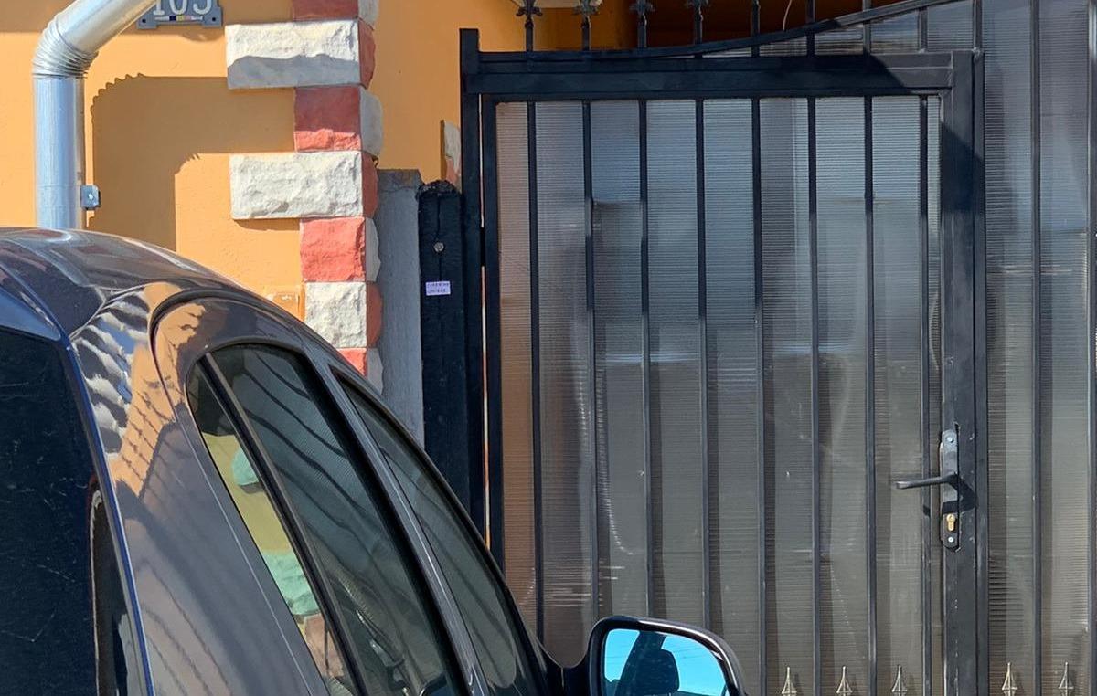 Glumă proastă! Locuitorii din Holod au intrat în panică după ce s-au trezit cu mesajul carantină COVID-19 pe porţi (FOTO)