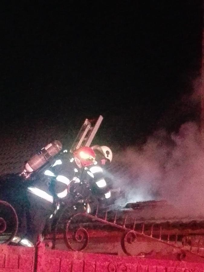 Incendiu în miez de noapte la o casă din Apateu, provocat de un cablu electric (FOTO / VIDEO)