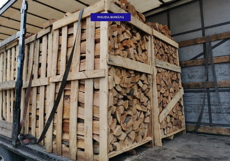 Un TIR încărcat cu 22 metri cubi de lemne, oprit în drum spre Borş. Întreaga încărcătură a fost confiscată (FOTO)