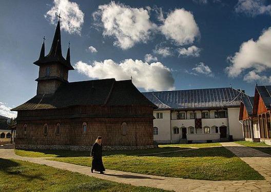Tinerii orădeni, invitaţi în excursie la Mănăstirea Oaşa şi la Alba Iulia de Ziua României