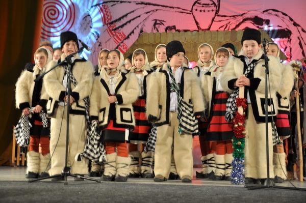 Datini şi obiceiuri de Crăciun, aduse de copii la Casa de Cultură a Sindicatelor