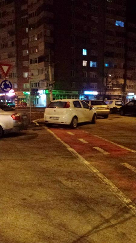 Poftim respect: Pista de biciclete din zona Casei Piraţilor, blocată de şoferi!