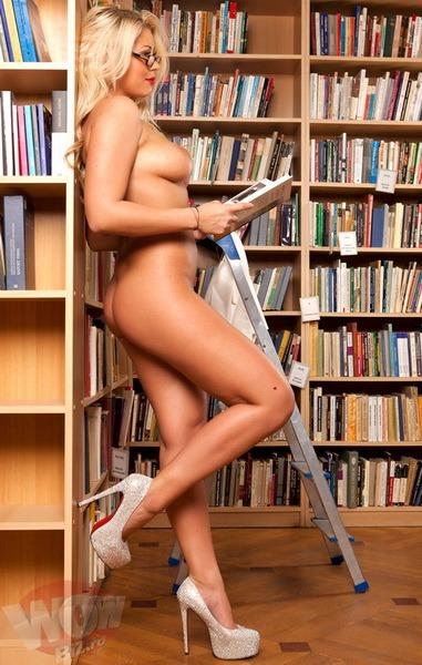 Dezmăţ la Bibliotecă: Blondă apetisantă a pozat goală printre rafturile cu cărţi (FOTO)