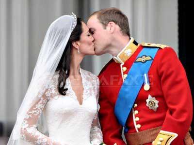 Prinţul William şi-a sărutat soţia la balconul Palatului Buckingham (FOTO/VIDEO)