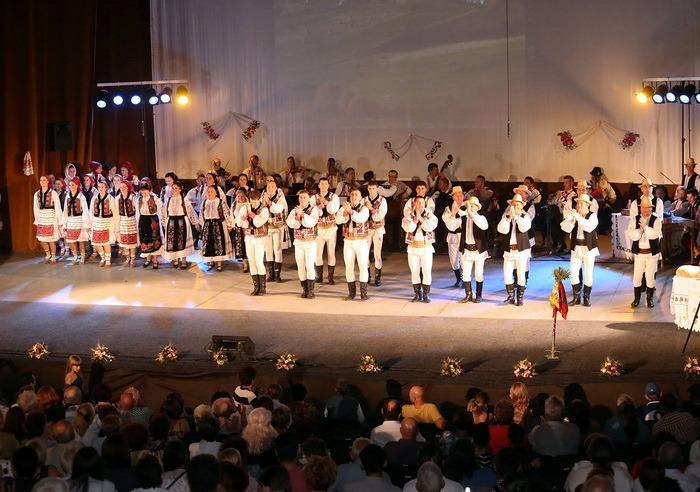 De 8 martie, Ansamblul Nuntaşii Bihorului dă un spectacol gratuit cu cântece şi dansuri