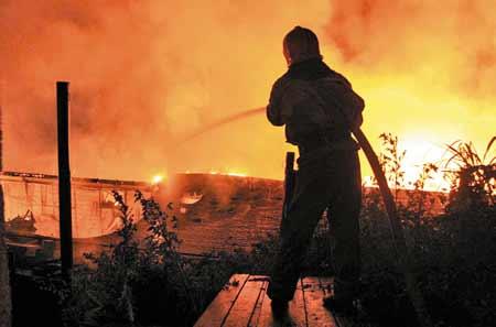 A vrut să se omoare şi a dat foc la casa soacrei, supărat că nevasta l-a părăsit!