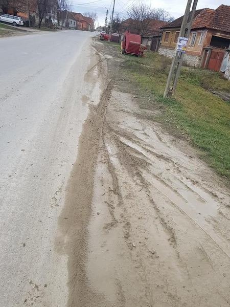Ne enervează: Curţile şi casele sătenilor din Subpiatră sunt înecate în praf (FOTO)