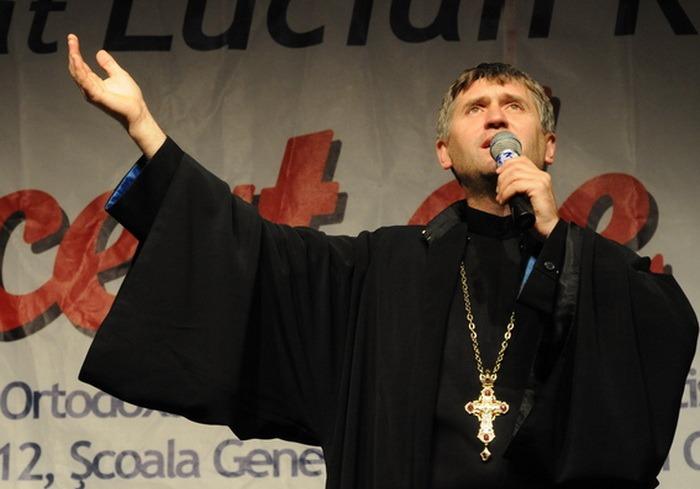 Celebrul preot cântăreţ Cristian Pomohaci, înregistrat în timp ce presa un minor să facă sex cu el: Te plătesc pentru sex, arată-mi...! (VIDEO)