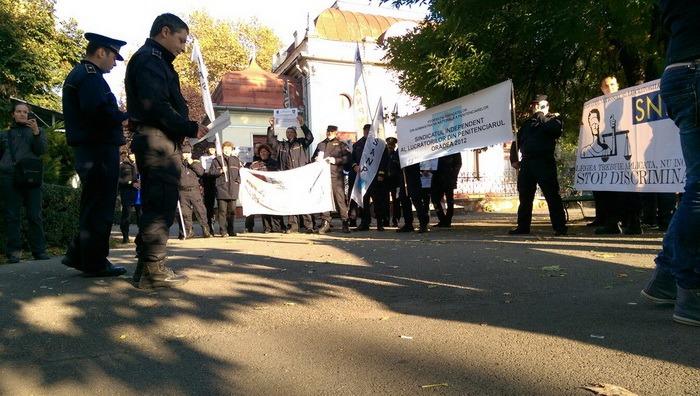 Agenţii din Penitenciarul Oradea au ieşit în stradă. Vor salarii de merit şi mai puţine ore suplimentare (FOTO)