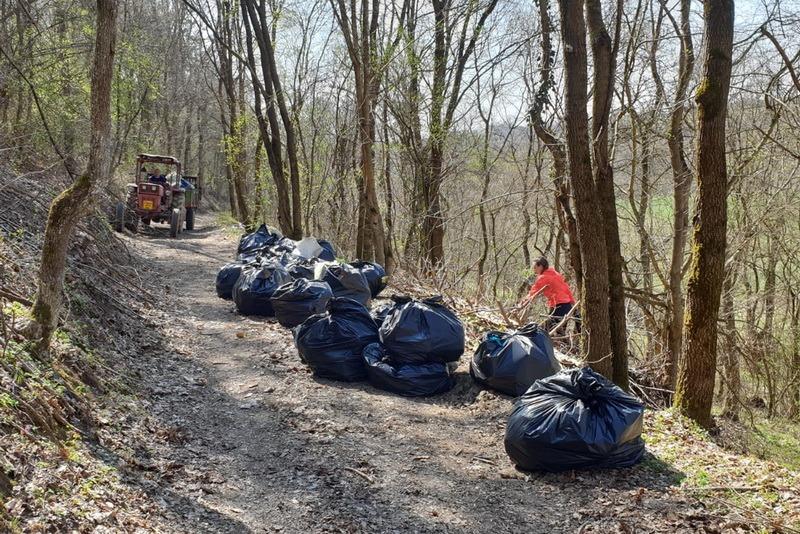 Nesimţire fără limite: O gaşcă de prieteni au curăţat gunoaiele din satul bihorean Râpa, consătenii lor au murdărit la loc! (FOTO)