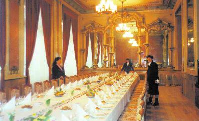 """Construit în 1900, odată cu Teatrul, Restaurantul Oradea era, la acea vreme, o renumită cafenea, """"Royal"""", parte a unui complex format din actualul hotel """"Crişul Repede"""" şi fostele Băi Publice construite de Rimanóczy Kalman senior. Restaurantul păstrează şi astăzi decoraţiile interioare de acum un secol."""