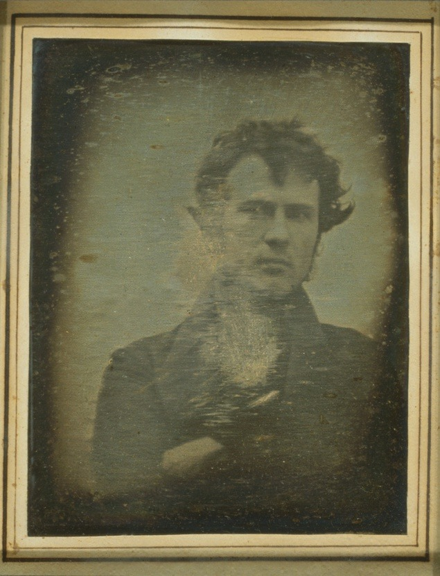 Fotograful american Robert Cornelius este cunoscut pentru faptul că a realizat prima poză de tip autoportret din istorie, în 1839