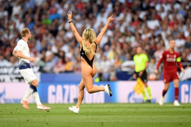 Finala Ligii Campionilor, oprită de o tânără în costum de baie care a intrat pe teren. Vezi cine e tipa! (FOTO / VIDEO)