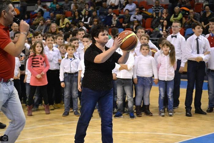 Serbare de Crăciun: Baschetbaliştii orădeni l-au ajutat pe Moşul să împartă cadouri copiilor de la Academia CSM Oradea (FOTO)