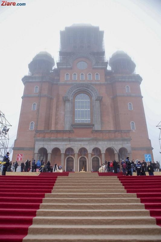 Catedrala Mântuirii Neamului a fost sfinţită. Patriarhul Daniel: Catedrala are o capacitate de 5.000 de credincioşi. Mereu va fi neîncăpătoare (FOTO/VIDEO)