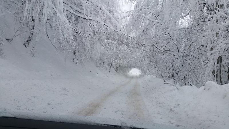 Turiştii se plâng că drumul spre Stâna de Vale n-a fost deszăpezit. Autorităţile susţin că maşinile au acţionat (FOTO)