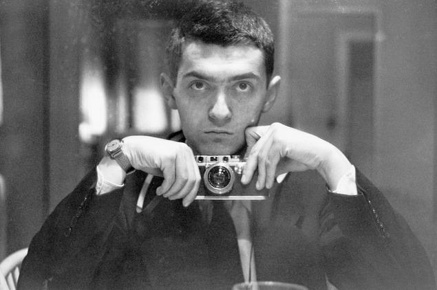 """Producătorul de film american Stanley Kubrick, câştigător al premiului Oscar, şi-a făcut un """"selfie"""" în 1949"""