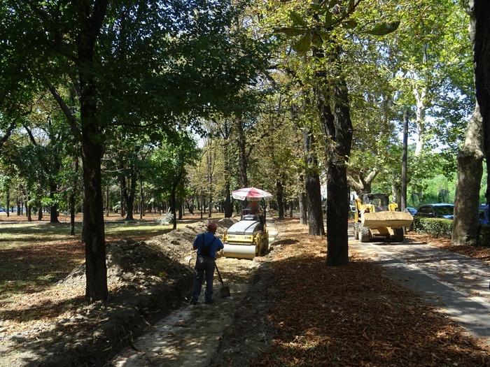 Cu bani din gunoaie: În Parcul Brătianu se construieşte o pistă sintetică de alergare (FOTO)