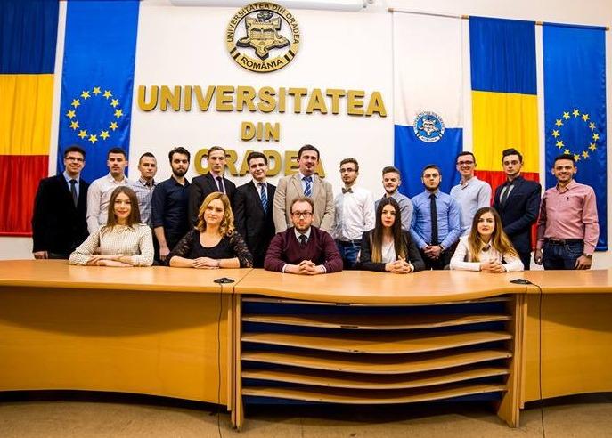 Grupul studenţilor din Senatul Universităţii din Oradea. Ionuţ Boldan (centru jos) este preşedintele interimar