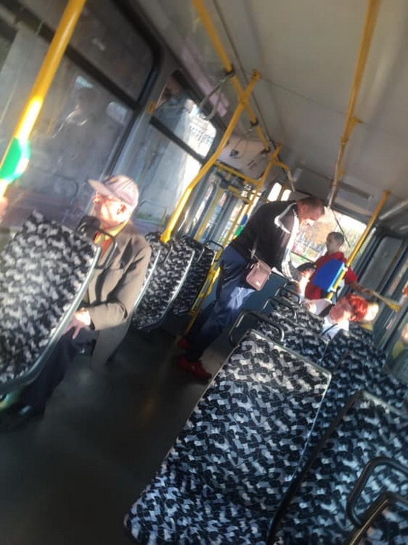 Nimic nu-l deosebeşte de un animal: Un bărbat a urinat într-un tramvai din Oradea! (FOTO)