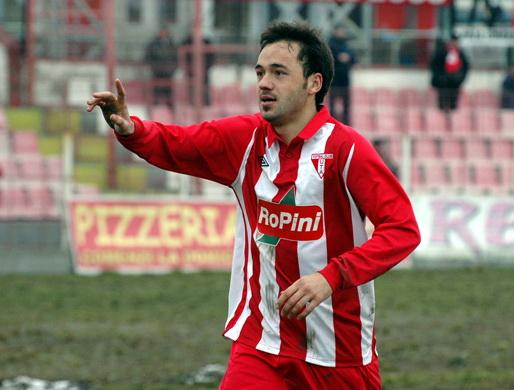 După ce în trecut a mai evoluat la FC Bihor, Adrian Voiculeţ (foto) a fost din nou achiziţionat de conducerea clubului, după ce, ca jucător la UTA, a devenit golgheterul seriei