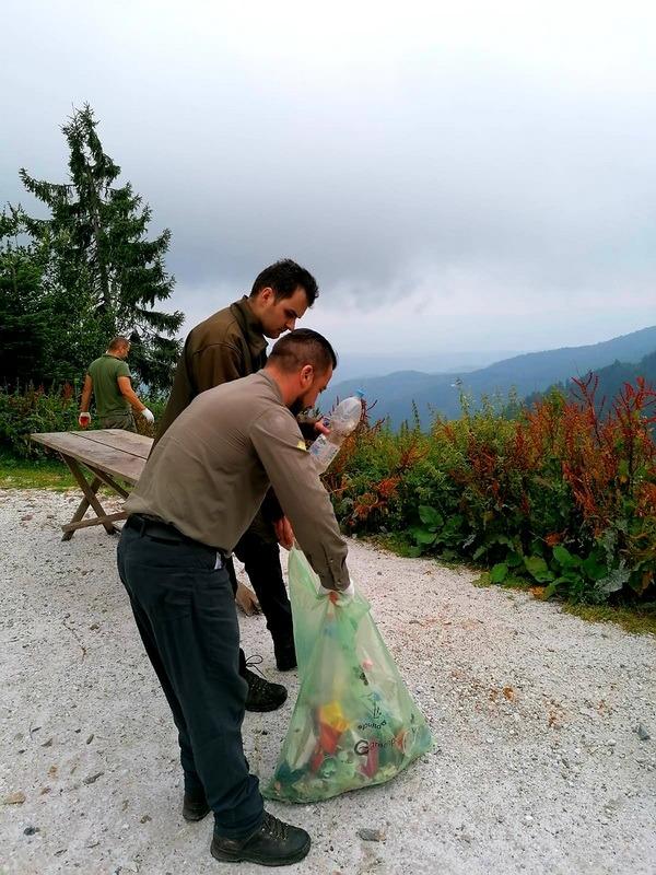 Laşi în urmă ceea ce eşti: Voluntarii au umplut 150 de saci cu gunoaie strânse de pe marginea drumului de Vârtop (FOTO)