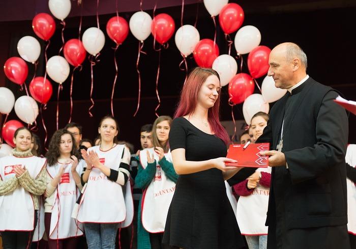 """Ioana Miruna Cazacioc a primit premiul pentru """"Voluntarul anului 2015"""" în cadrul galei Caritas Eparhial"""
