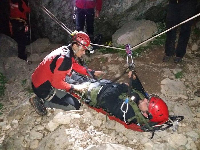 Tânăr ceh, accidentat la Cetăţile Ponorului, cărat pe targă de salvamontişti (FOTO)