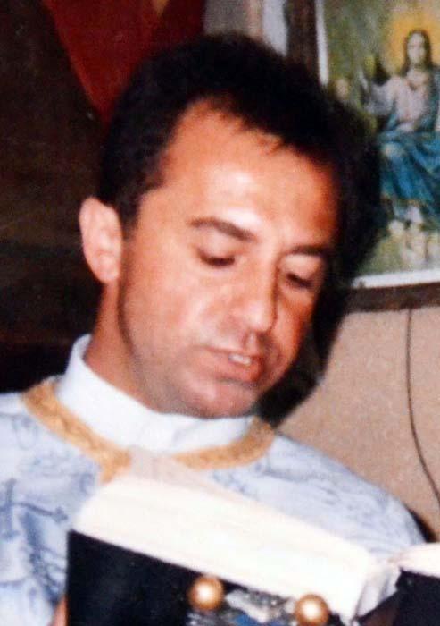 Mircea Opriş, preotul din Sărand, la slujbă