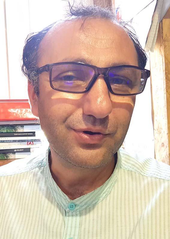Vlad Orăşeanu, administratorul magazinului Două Roţi