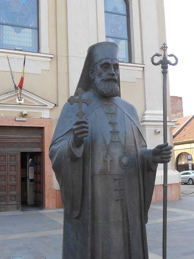 statuia episcopului Roman Ciorogariu
