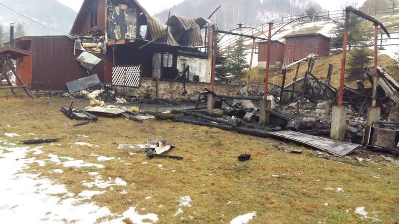 Cabane distruse de foc
